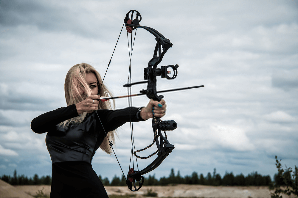women bow hunter