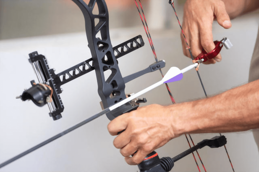 compound bow shoot with arrow